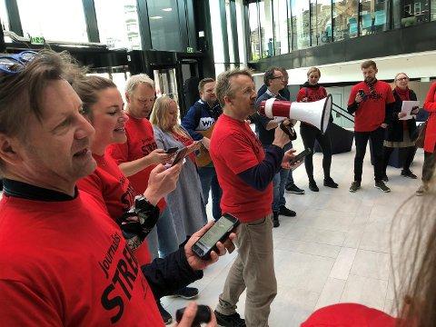 Inspirert av Jan Eggums «Kor e alle helter hen?», sang NRK-journalist Christian Lura (med ropert) og kollegene «Kor e journalistane?» i atriet i medielandsbyen onsdag.