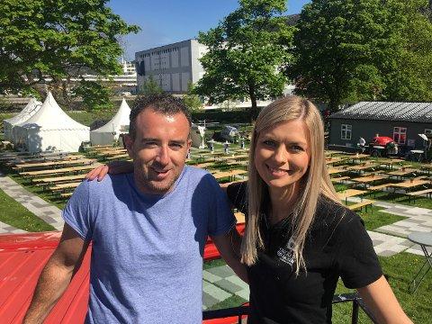 Chris Spencer og Kari Markhus i solsteiken med festivalområdet i ryggen.