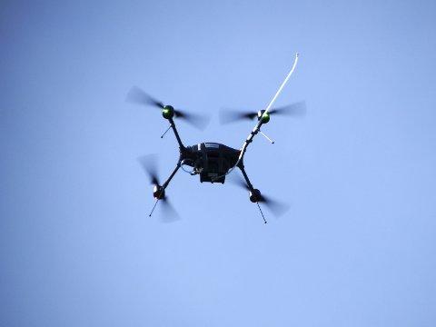 Avansert: Det hvite røret som stikker ut opp til høyre sniffer inn røykgassen fra skipene. Prislappen på dronen med alt utstyr er på over en million kroner.   FOTO: SJØFARTSDIREKTORATET