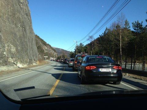 Det ventast stor trafikk og køar på E 16 fredag.