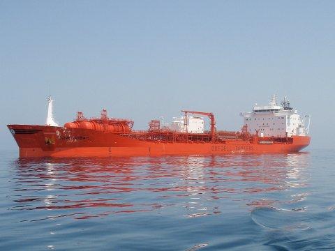 Den norskeid oljetankeren Bow Jubail traff kaia da den skulle legge til for lasting i Rotterdam.
