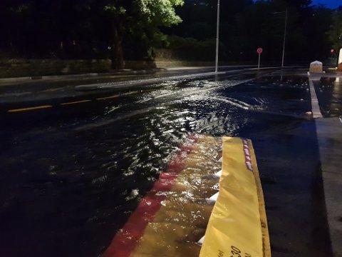 Store deler av Møllendalsveien ble oversvømt natt til lørdag.