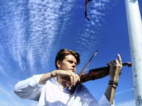Fiolinisten: Rasmus Hella Mikkelsen vil leve av musikken. Arbeidserfaringen er det ingenting å si på. Foto: Kristoffer Westergaard