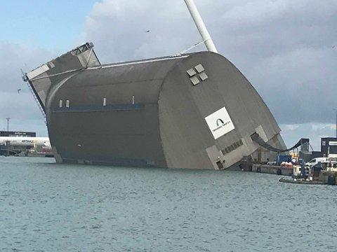 Denne flytedokken, med en norsk fiskebåt i, kantret fredag morgen.