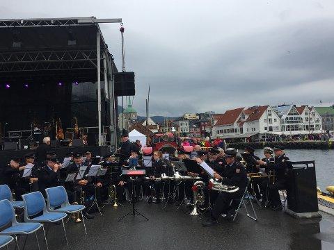 Bergen Brandkords Musikkorps spilte «dar kjem dampen» under innseilingen.