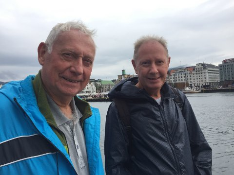 Eyolf Herøy (t.v.) og Georg Halseth var på plass i Vågen for å få med seg veteranbåtene.