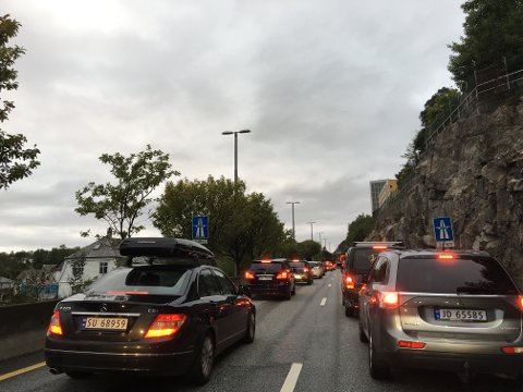 Det er lange køer både til og fra Åsane etter at veien ble stengt.