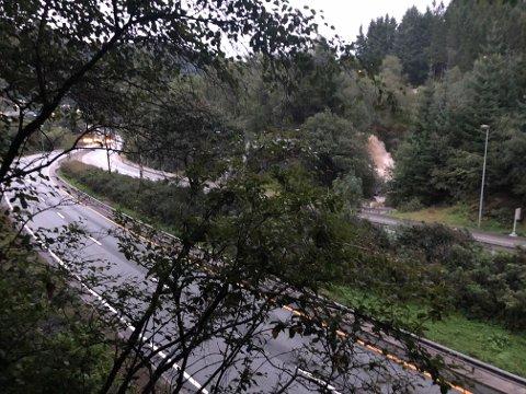 Vannet fosser ned like ved E39.