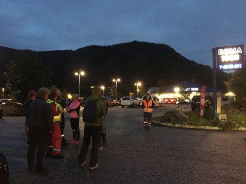Folk blir stående ved Rema 1000 i Eidsvåg.