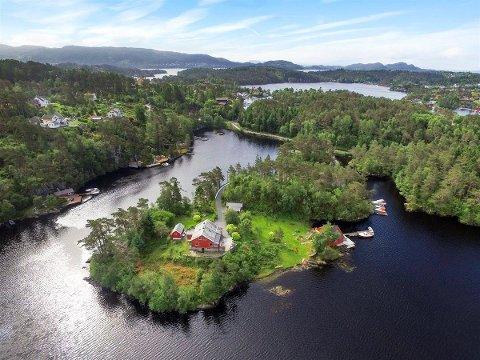 UNIK: – Denne passer ikke for hvermannsen. Dette er en unik bolig, sier megler om eiendommen på Grimseid. På halvøyen finnes både uthus, to brygger og egen badevik.
