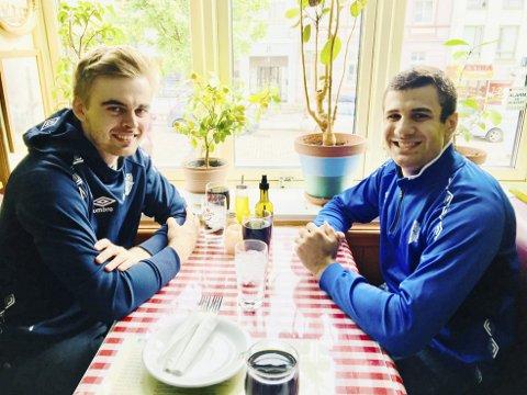 Ryan Manoogian (t.h.), her på restaurant med Viking-opplegger Jonas Vindedal Langlo, skryter av Bergen. – Ja, spesielt folkene. Så vennlige! Så da skal jeg tåle regnet også, smiler han.