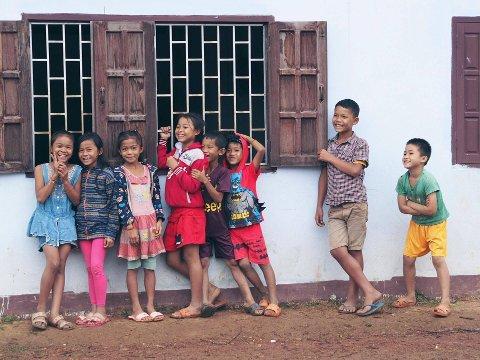 Barn venter på at skolen skal begynne.