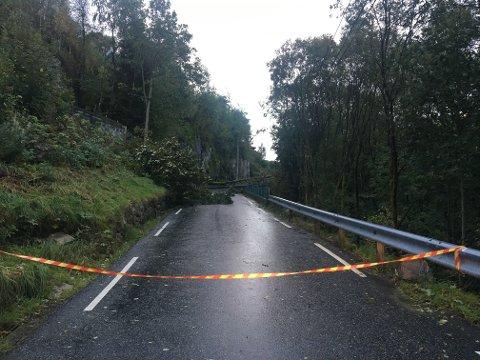 Veien var fortsatt stengt klokken 0748.
