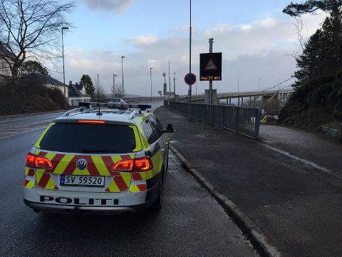 Politiet er på plass ved Sotrabroen.