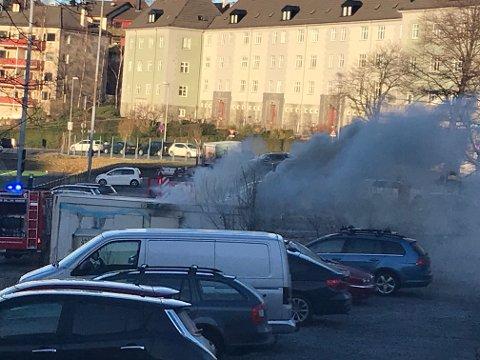 Det brant i en container ved fotballbanen på Krohnsminde, tirsdag ettermiddag.
