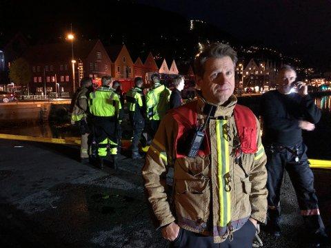 Innsatsleder Morten Wigum i brannvesenet, fortalte at en ny vurdering på situasjonen vil bli tatt torsdag morgen. Lenser vil ligge ute over natten.