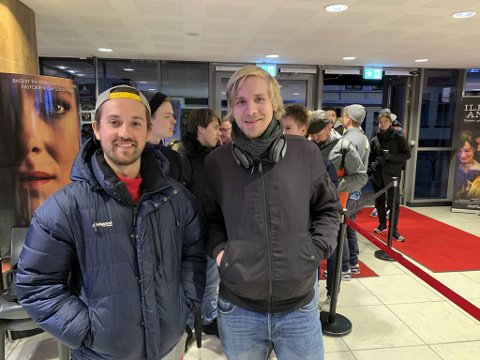 Kristoffer Foss Søfteland (25) og kompisen Olav Tvedt (26) ventet ute hele natten for å sikre seg Star Wars-billetter tirsdag morgen.