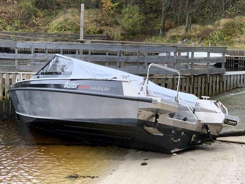 Tyvene stakk av med en 300 hesteres Yamaha-motor som sto på denne Buster-båten.