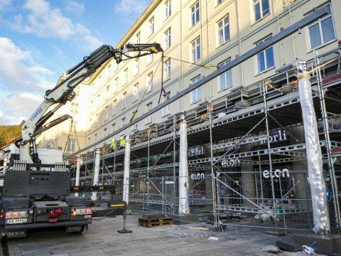 I ett enkelt løft ble den 46 meter lange og fire tonn tunge takrennen heist på plass søndag ettermiddag.