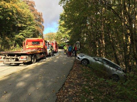 Bilen ble stående på tvers av kjøreretningen i Birkelundsbakken, delvis utfor veien. Heldigvis ble ferden stanset av noen trær i veikanten.