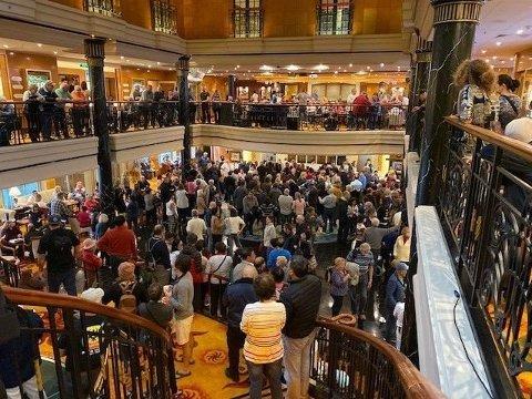 Skipet har tusenvis av passasjerer og mange av dem er svært misfornøyde. Foto: (NCLHELL1 / Twitter)