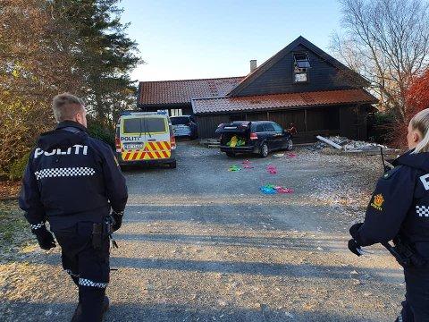 Politiet har vært på stedet, og på flere andre adresser i området. T-skjortene lå strødd, og 15 gensere er forsvunnet.