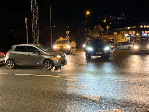 Trafikken blir stanset på Midttun for å hindre ferdsel nordover ved Grimesvingene.