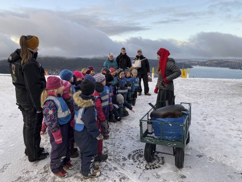 Juleskogdronning og aktivitetsleder ved Fløibanen AS, Ingvild Berentsen Jarnæs, ønsker barna fra Eventus Tiriltoppen barnehage velkommen til Fløyen.