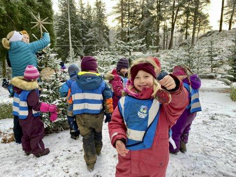 Emma Sundseth Johansen viser stolt frem julepynt som hun og de andre barna ved Eventus Tiriltoppen barnehage har laget til Fløyen.