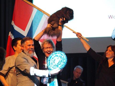 Her viser Jannikke Madsen Orø stolt frem verdensvinneren «Royal Lipstick».