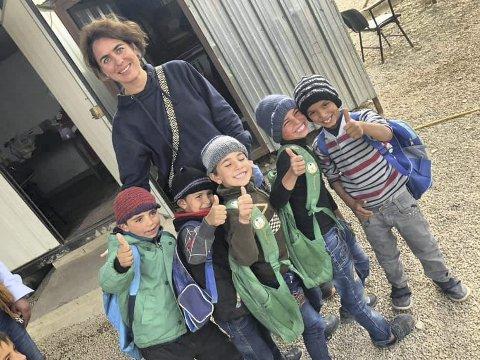Solfrid Raknes utgjør en forskjell for barn og voksne i flyktningleirer i Syria og i Libanon. Psykologispesialisten underviser lærere i skolene til å snakke om følelser og emosjonell problemløsning. – Det er mye smerte, men også mye glede, sier Raknes.FOTO: PRIVAT