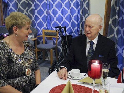 Kjell Dahl syns det var veldig hyggelig at ordfører og partifelle Marte Mjøs Persen kom på besøk for å feire 100-års dagen hans.