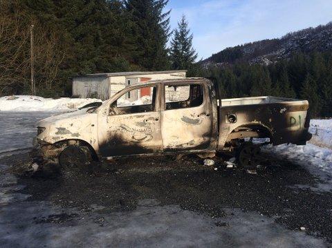 Den fjerde bilen som ble stjålet ble funnet totalt nedbrent. Bilen sto i nærheten av et grendahus på Totland.