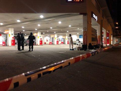 En mann i slutten av 20-årene ble fredag kveld knivstukket og drept på en bensinstasjon ved Danmarks plass.