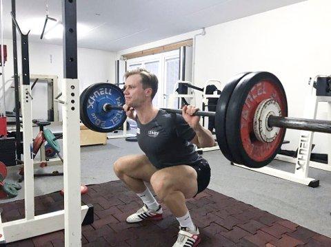 Det er ikke uvanlig at skøyteløperne tar seg en styrkeøkt etter konkurransene. Håvard Lorentzen gikk for å løfte vekter like etter 1000 meteren i VM.