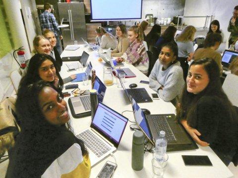 De fire kommende dataingeniørene (F.v.) Raida Talukdar (22), Arja Sivapiragasam (23), Karin Rohinger (27) og Shangavi Logeswaran (22) deltok under workshopen for jenter i IT-bransjen tirsdag kveld.