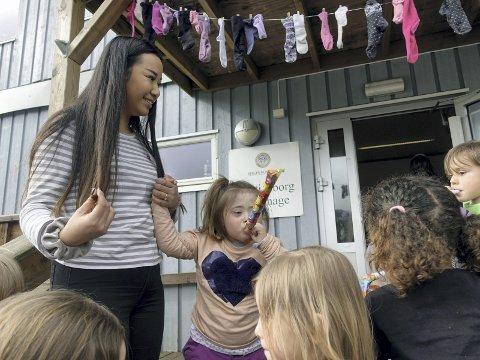 Maria og Stella (5) i Kristianborg barnehage feirer den internasjonale verdensdagen for Downs syndrom.