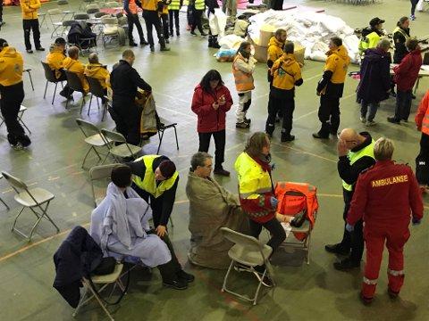 De evakuerte blir tatt hånd om av helsepersonell i Brynhallen.