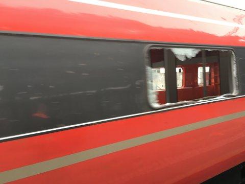 Isen raste rett gjennom togvinduet.