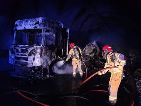 Over 20 personer fra brannvesenet jobbet mot flammene u Gudvangatunnelen natt til lørdag. Da brannen startet var det kolonnekjøring grunnet vedlikeholdsarbeid.