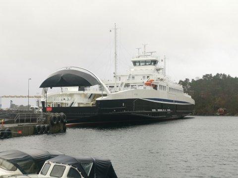 Her ligger den nye ferga, MF «Huftarøy» til kai på Halhjem.