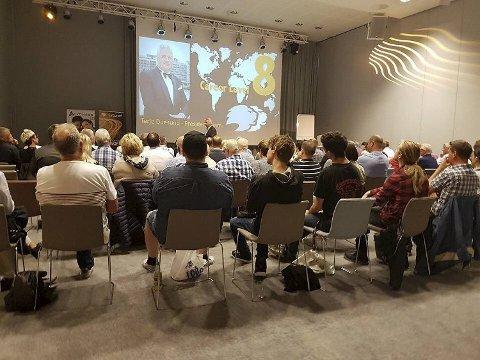 Terje Duesund fra Bergen har hatt ulike lederposisjoner i det omstridte, internasjonale nettverket Lyoness. Her holder han et foredrag for håpefulle deltagere.
