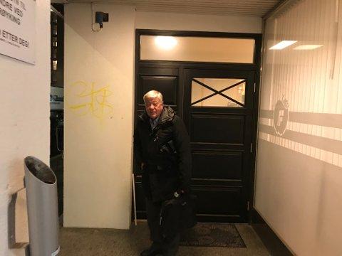 Eiler Macody Lund (Frp) forlater møtet torsdag kveld.