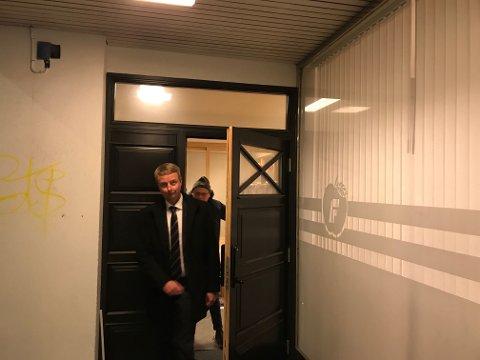 Terje Søviknes forlater skjebnemøtet i kveld.