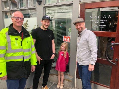 Avdelingsleder Morten Strøm i Bymiljøetaten, mellomleder Simon Bronse i Bargruppen, Lilly Nord (5) og Petter Nord fra Kube Bergen hengte sammen opp det første offisielle do-skiltet på Magda i Kong Oscars gate.