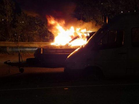 En varebil gikk opp i flammer på Trengereid.