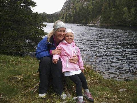 Her er mamma Gro Anita Steine og sammen med datteren Sunniva Wiken i 2012. Sunniva var bare fem år da hun gikk 4-fjellsturen for første gang.