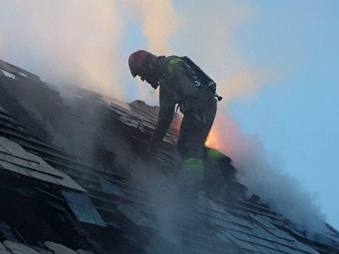 Brannvesenet måtte lage hull i taket for å komme til under slukkingsarbeidet.