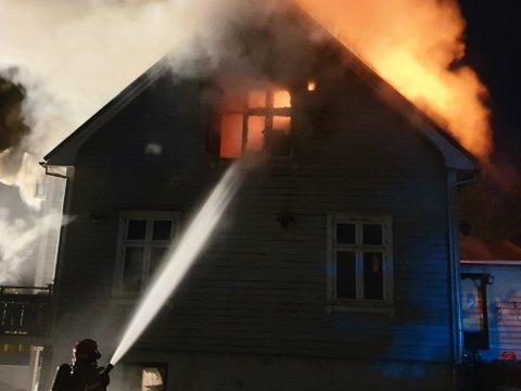Klokken 0417 ble brannen meldt slukket.