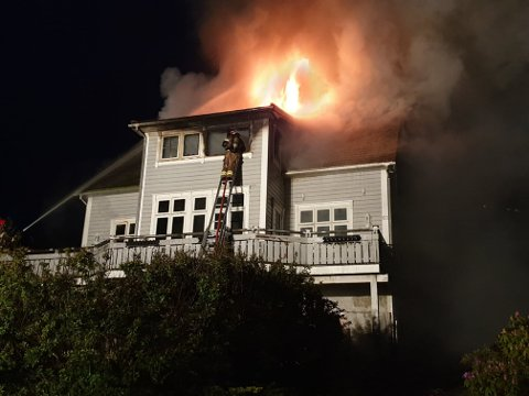 Huset sto i full fyr i natt.